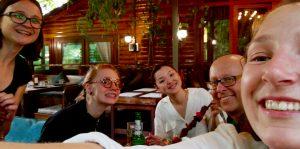 Tränarna i civilkurage och ickevåld IdaLisa, Anna och Per tillsammans med organisatörer från Novi Ritm, Kirgizistan.